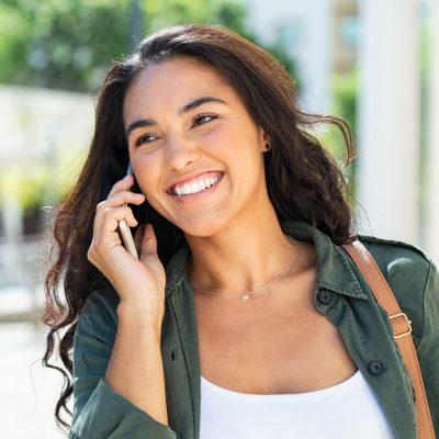 Junge Geschäftsfrau telefoniert in glasklarer Qualität