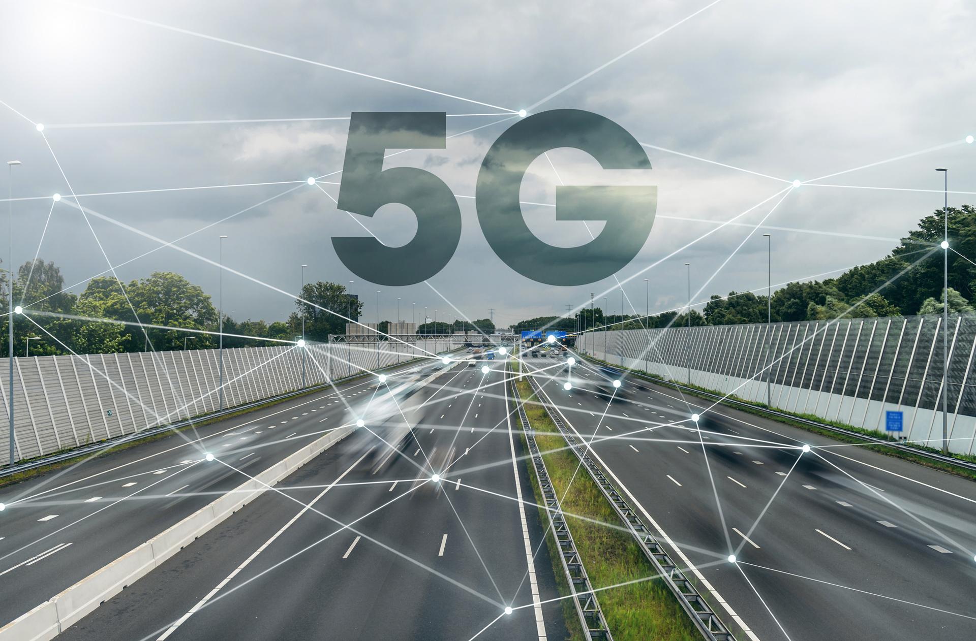 Ein 5G-Symbolbild mit Autobahn und Vernetzung