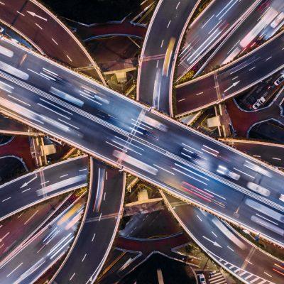 Autobahn mit Fahrzeugen, die via NB-IoT vernetzt fahren.