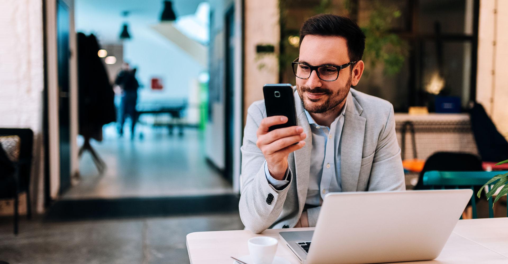 Ein Geschäftsmann lernt das Programmieren via Smartphone