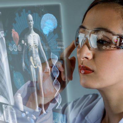 Junge Medizinerin nutzt Augmented Reality