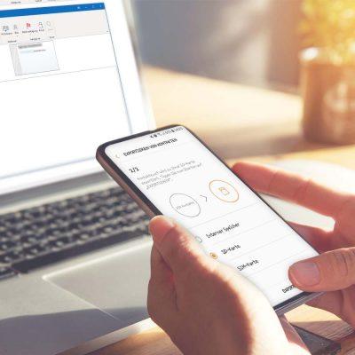 Ein Anwender überträgt Kontakte vom Smartphone in Outlook