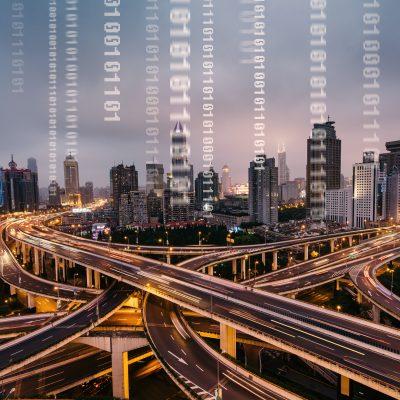 Mit seinem Maschinennetz legt Vodafone den Grundstein für die Infrastruktur der Smart Cities und zeigt, wie smarte Städte mit Narrowband IoT und Glasfaser nachhaltiger und sicherer werden.