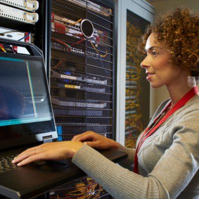 IT-Expertin konfiguriert ein Firmennetzwerk