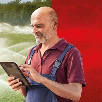 Ein Landwirt kontrolliert sein Feld via Tablet