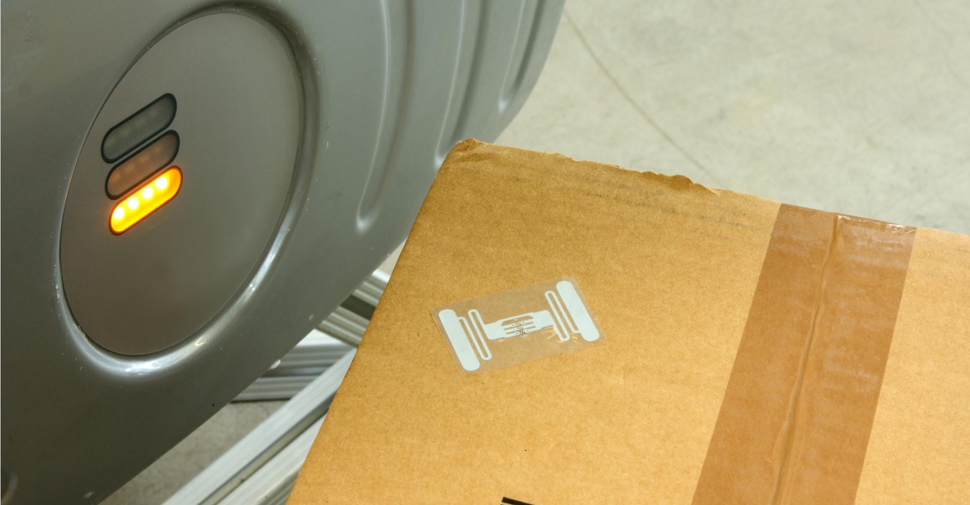 Eine RFID-Etikett klebt auf einem Paket.