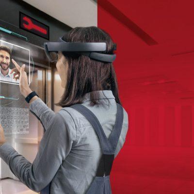 Mitarbeiter prüft den AR-Status einer Maschine an seinem Tablet.