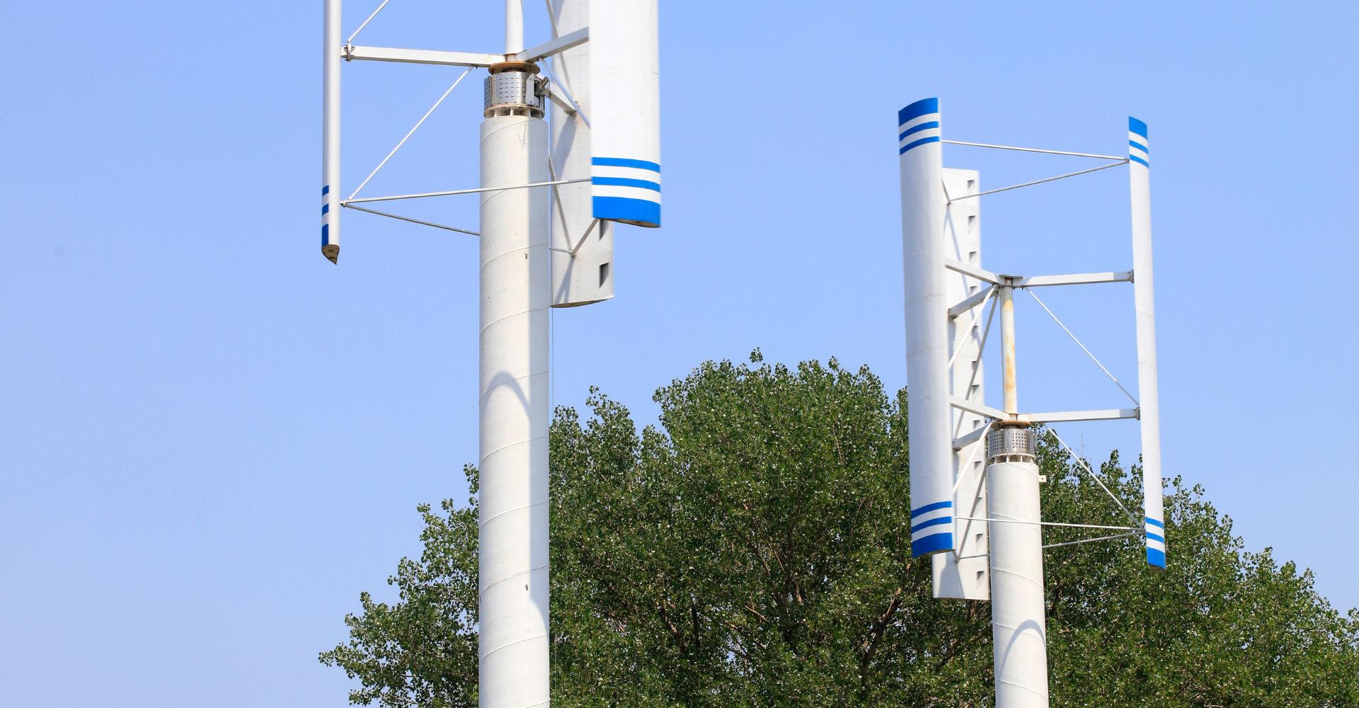 Zwei Windkraftanlagen mit Darrieus-H-Rotor