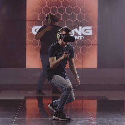 Zwei Menschen spielen mit VR Brille
