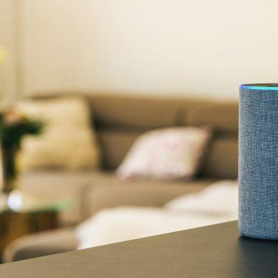 Smart Home-Assistent in einem Wohnzimmer