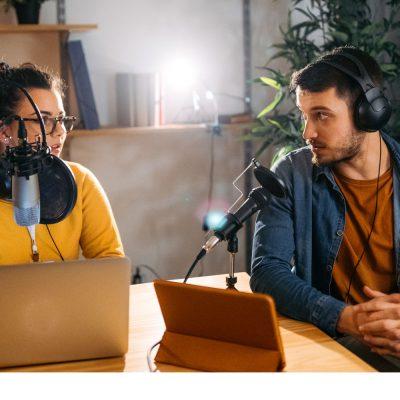 Mann und Frau beim Podcast-Interview