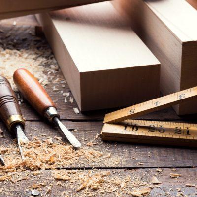 Werkbank mit Werkzeug zur Holzbearbeitung