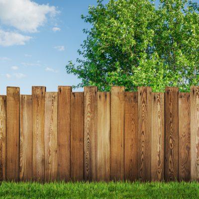 Sinnbild mit Zaun und blauem Himmel