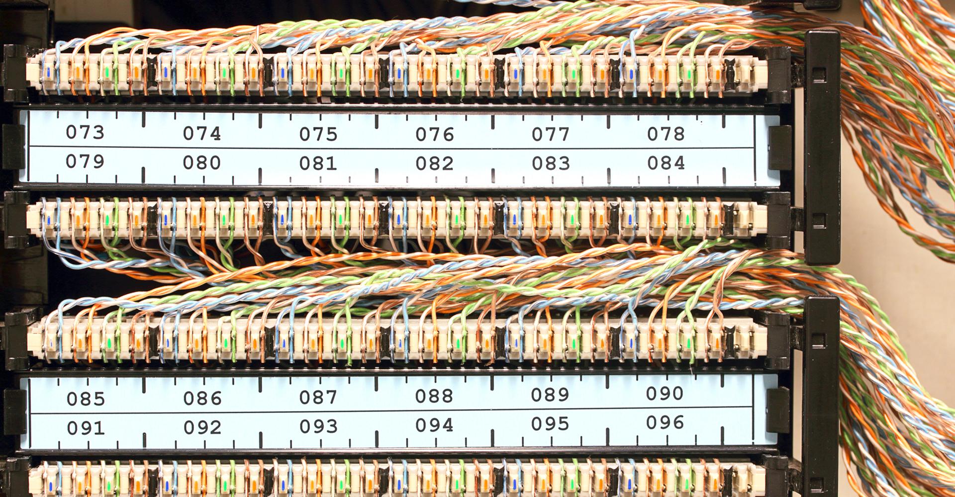 Zweidraht-Schaltschrank mit vielen Kabeln