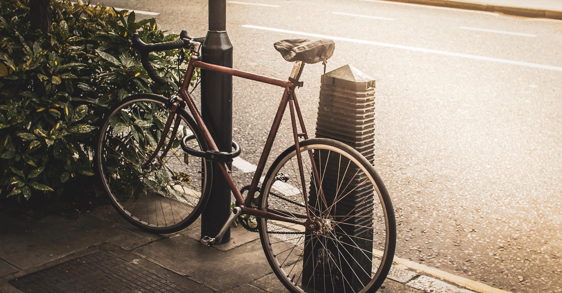 Fahrrad an Laternenpfahl gesichert