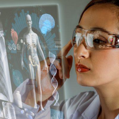 Junge Ärztin betrachtet Patientendaten durch AR-Brille