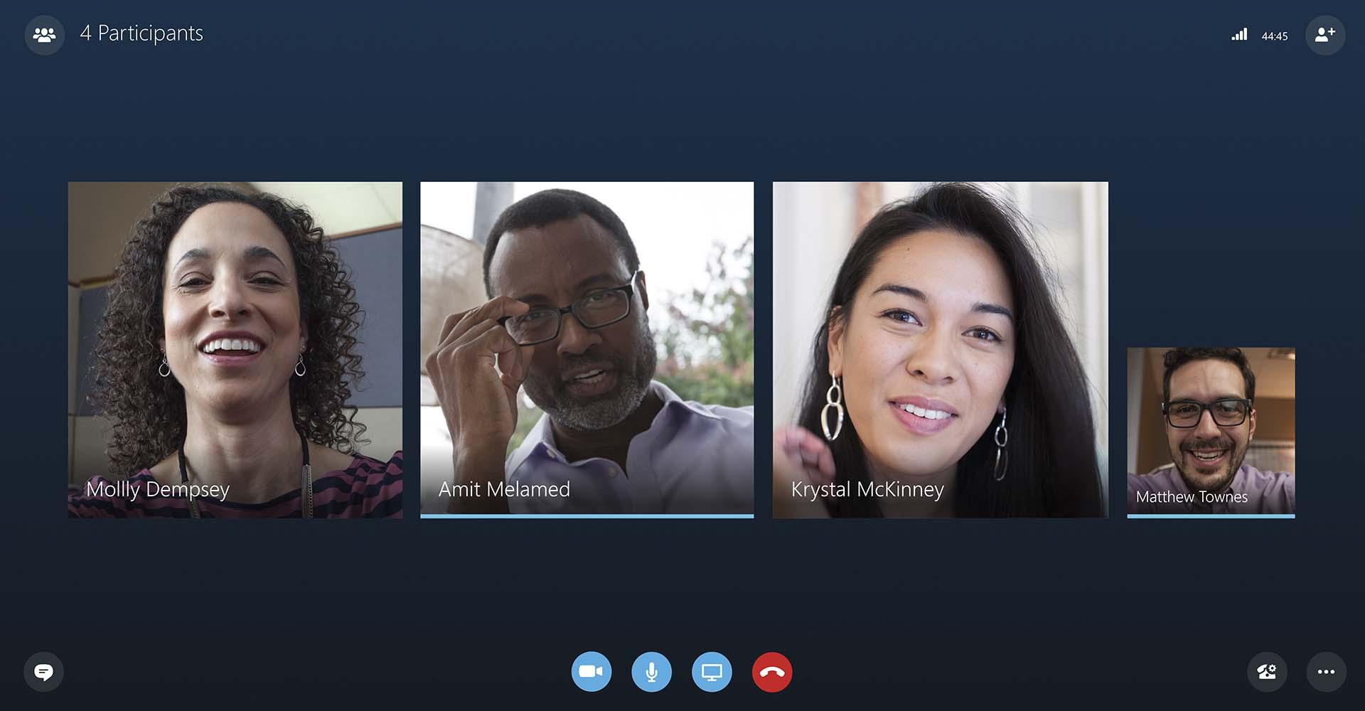 Zwei Frauen und zwei Männer unterhalten sich per Videochat