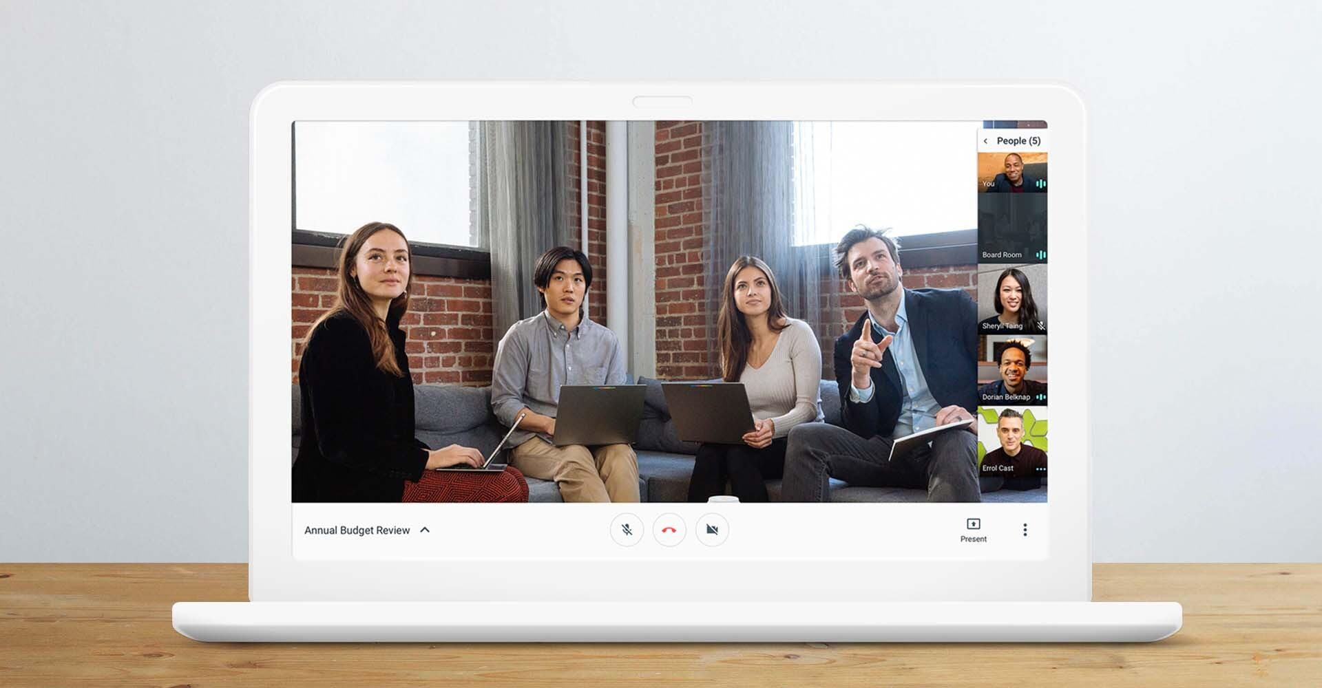 Eine Gruppe von Mitarbeitern spricht per Video mit anderen Kollegen