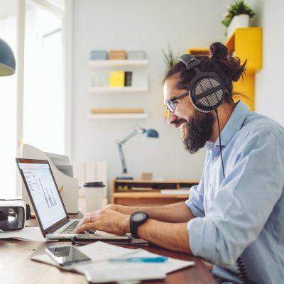 Mann am Schreibtisch zuhause hat endlich wieder Internet