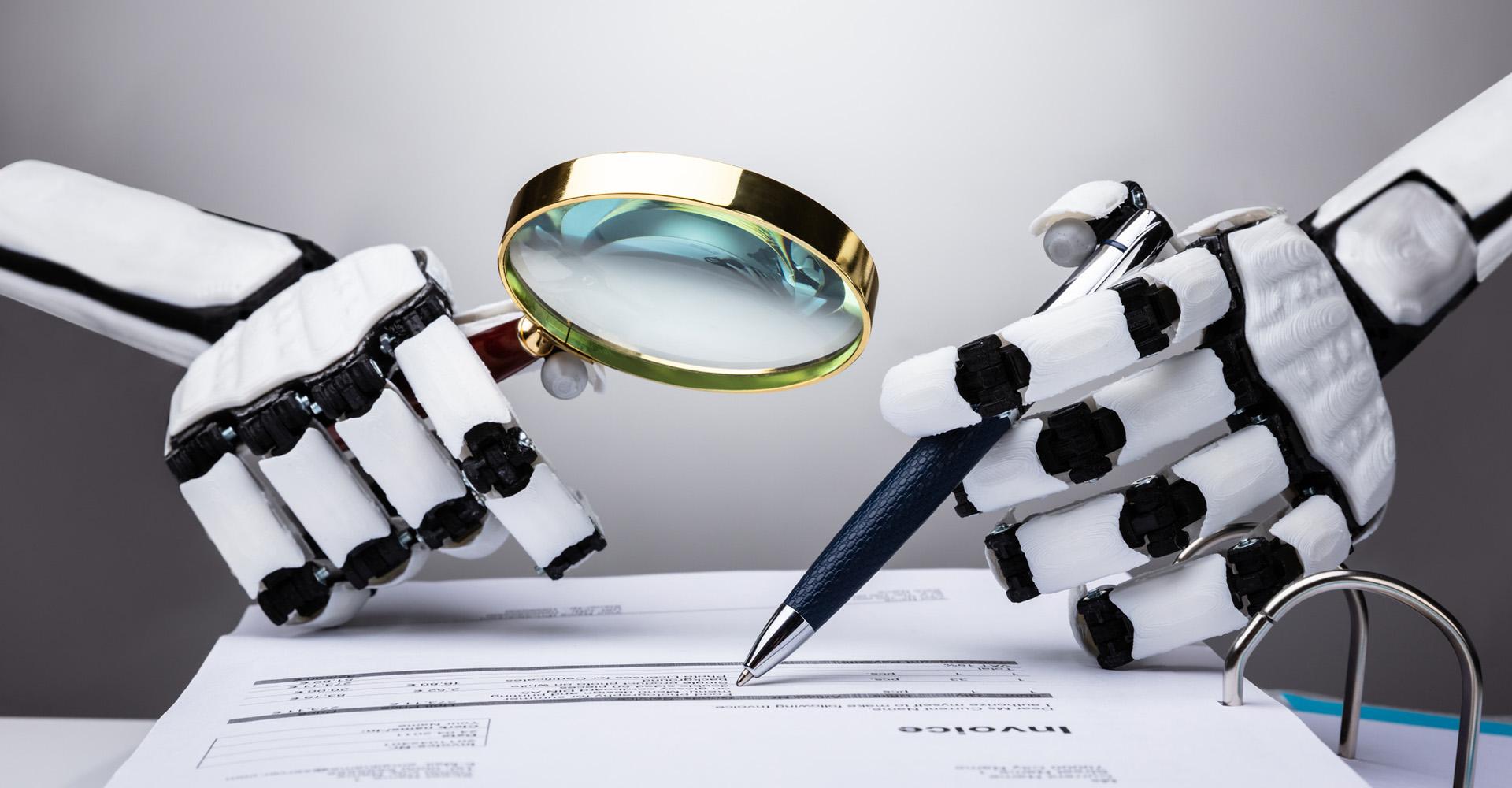 Mechanische Hände prüfen mit Lupe und Kugelschreiber ein Schriftstück.