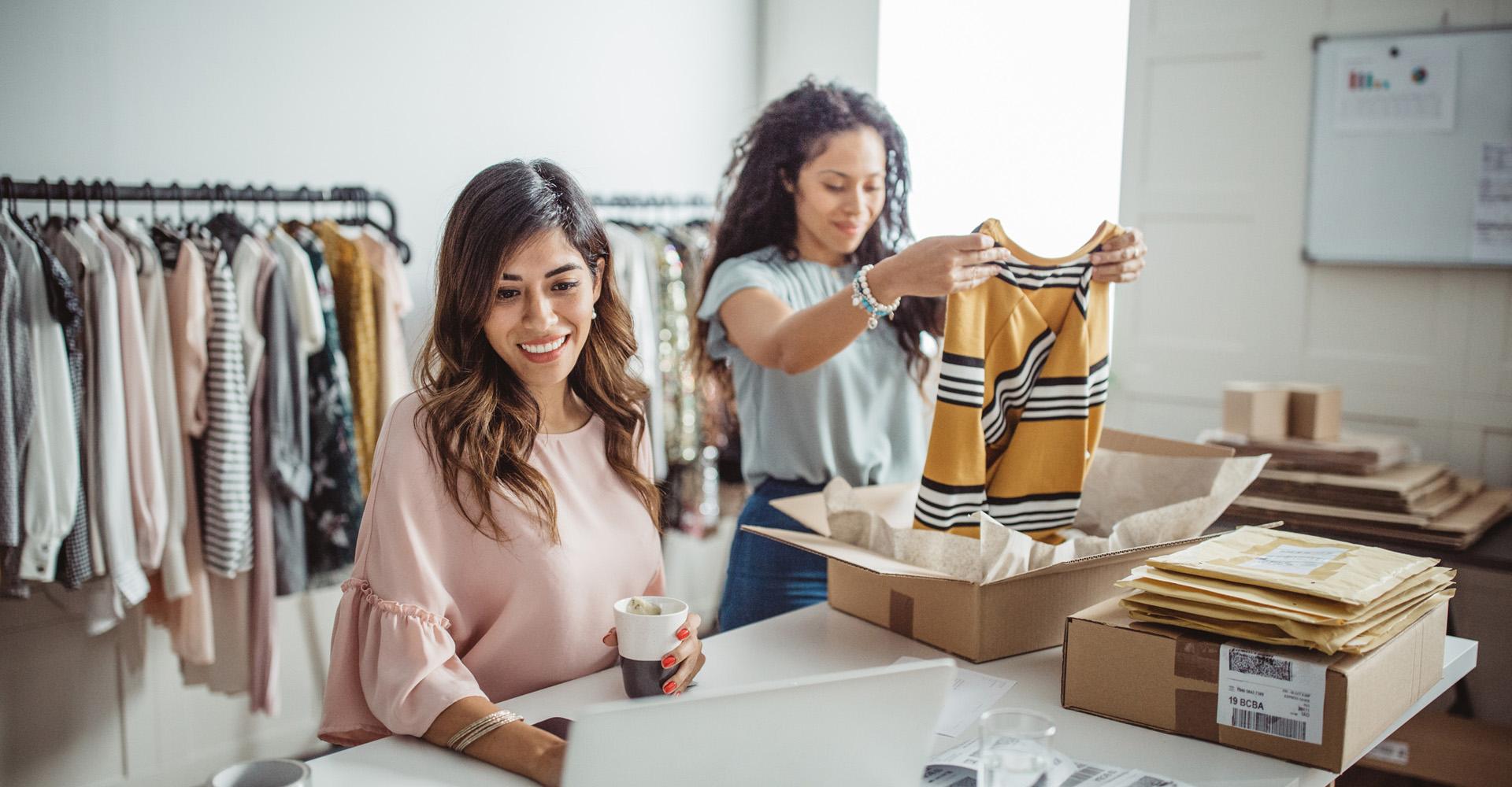 Junge Frauen starten einen eBay-Kleinanzeigen-Shop