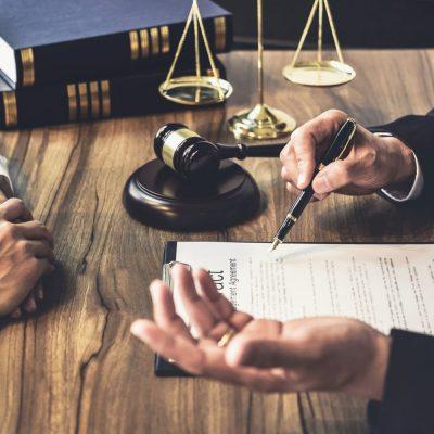 Unternehmer lässt sich vom Anwalt beraten