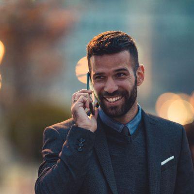 Geschäftsmann telefoniert auf einem Smartphone