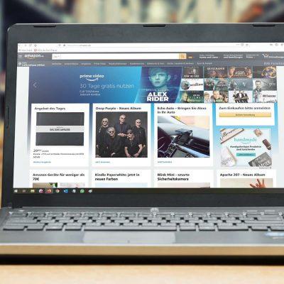 Laptop mit amazon Webseite auf einem Tisch