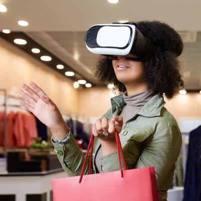 Zwei junge Frauen mit VR-Brillen in einem Bekleidungsgeschäft