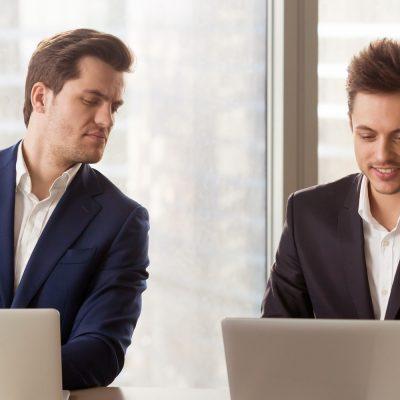 Laptop eines Geschäftsmannes wird ausspioniert
