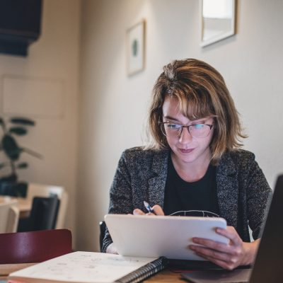 Frau macht Online-Lehrgang am Laptop