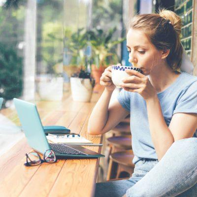 Junge Frau lernt in einem Café