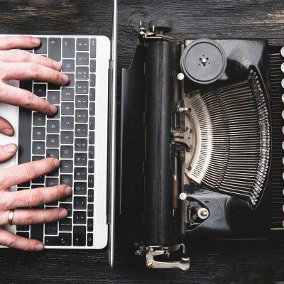 Laptop und alte Schreibmaschine