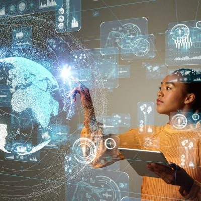 Junge Frau mit Tablet vor einer Cloud-Visualisierung