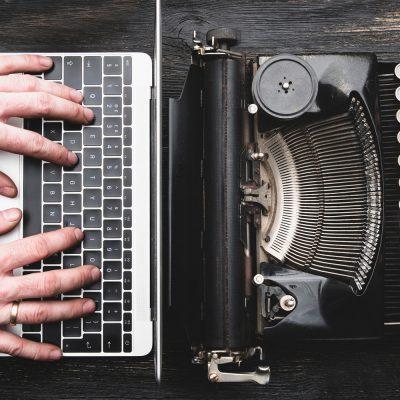 Neuer Laptop und alte Schreibmaschine