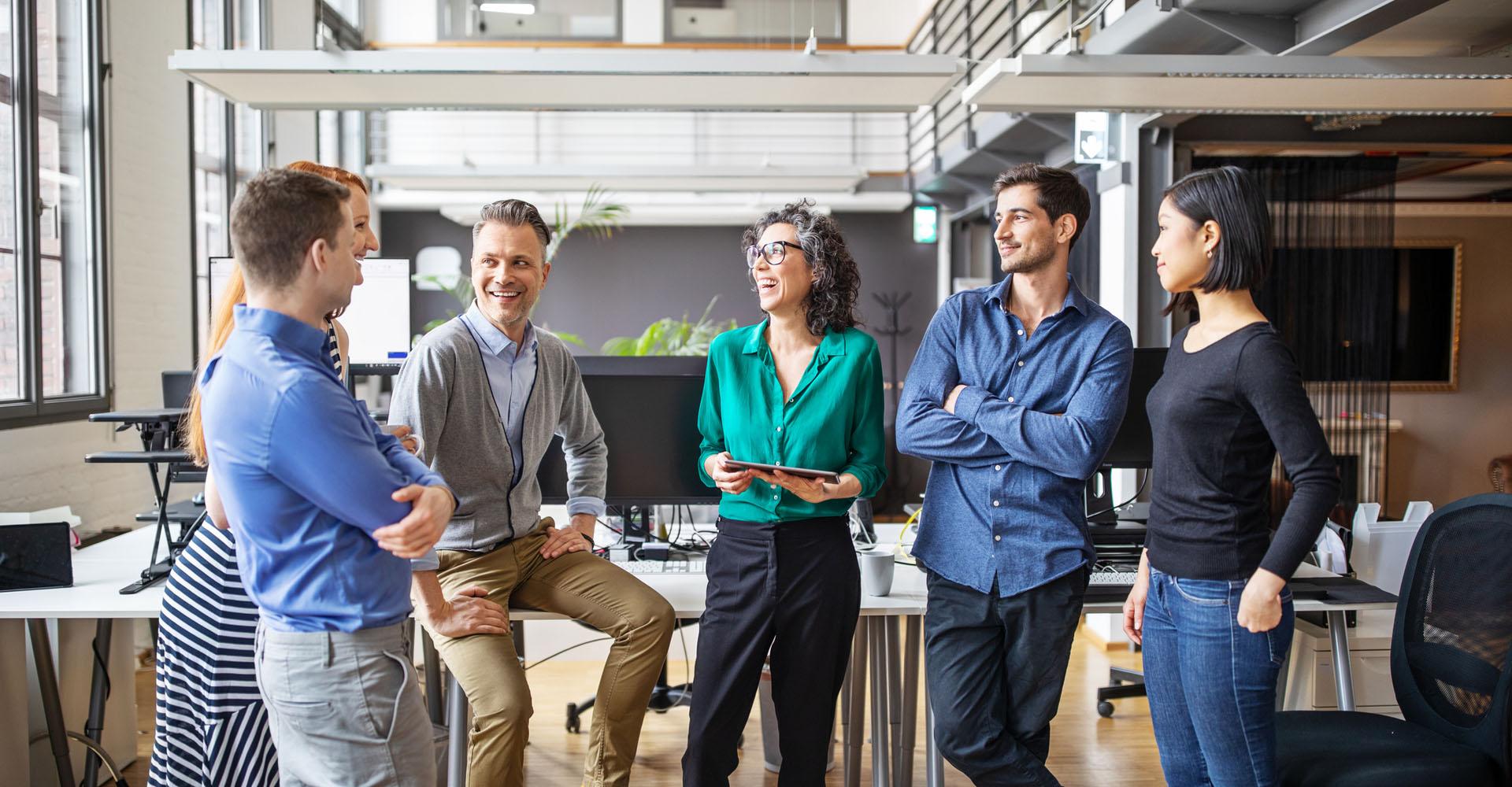 Junge Geschäftsleute diskutieren in einer Firma
