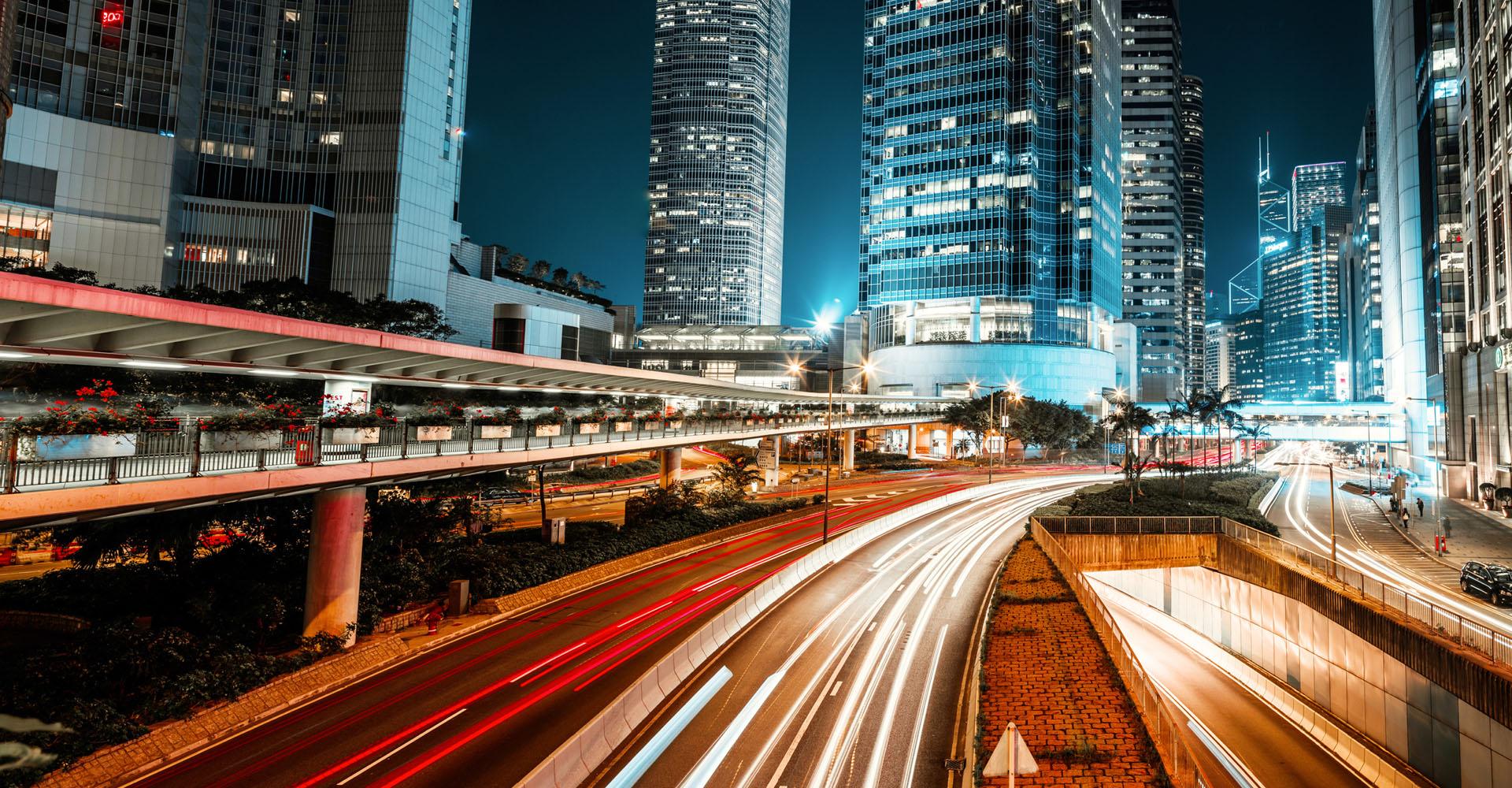 Hong Kong bei Nacht mit Lichtern von Autos