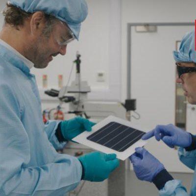 Wissenschaftler betrachten eine Perowskit-Solarzelle