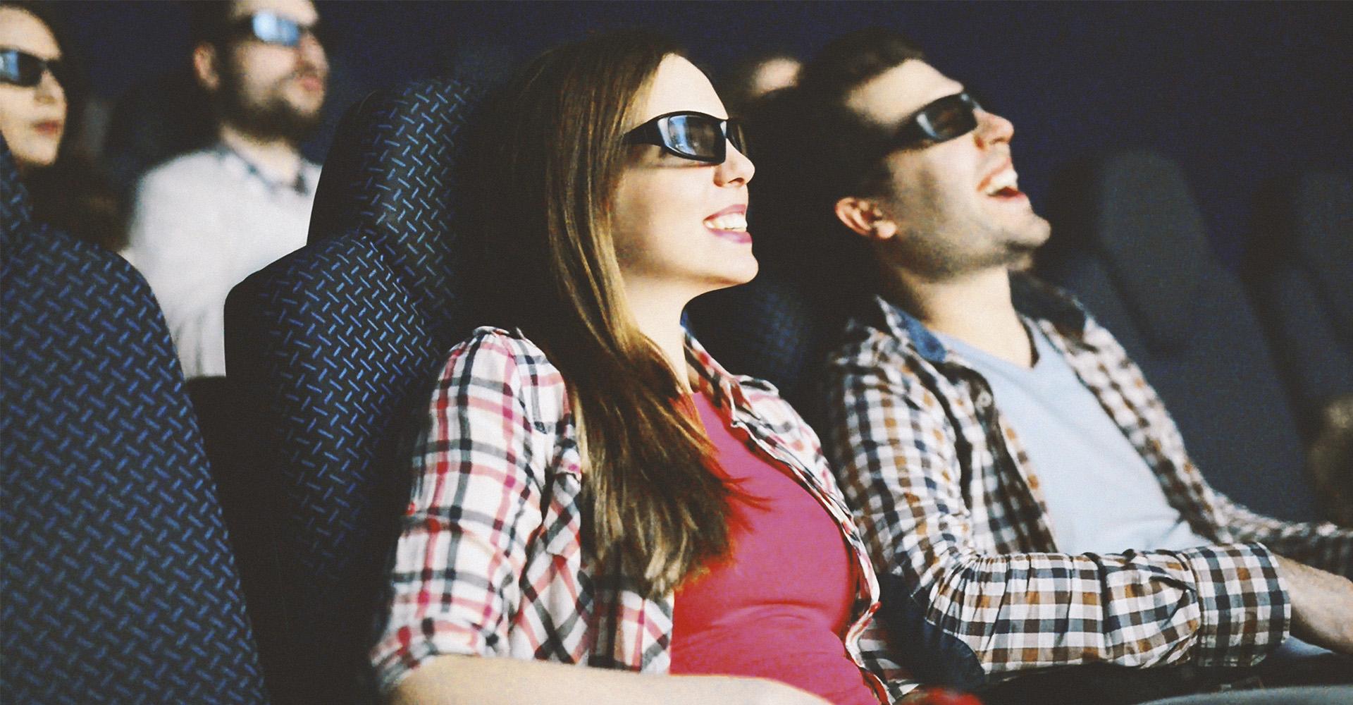 Kinobesucher mit 3D-Polarisationsbrillen