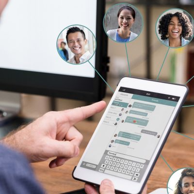 Mitarbeiter nutzt ein Collaboration Tool am Tablet