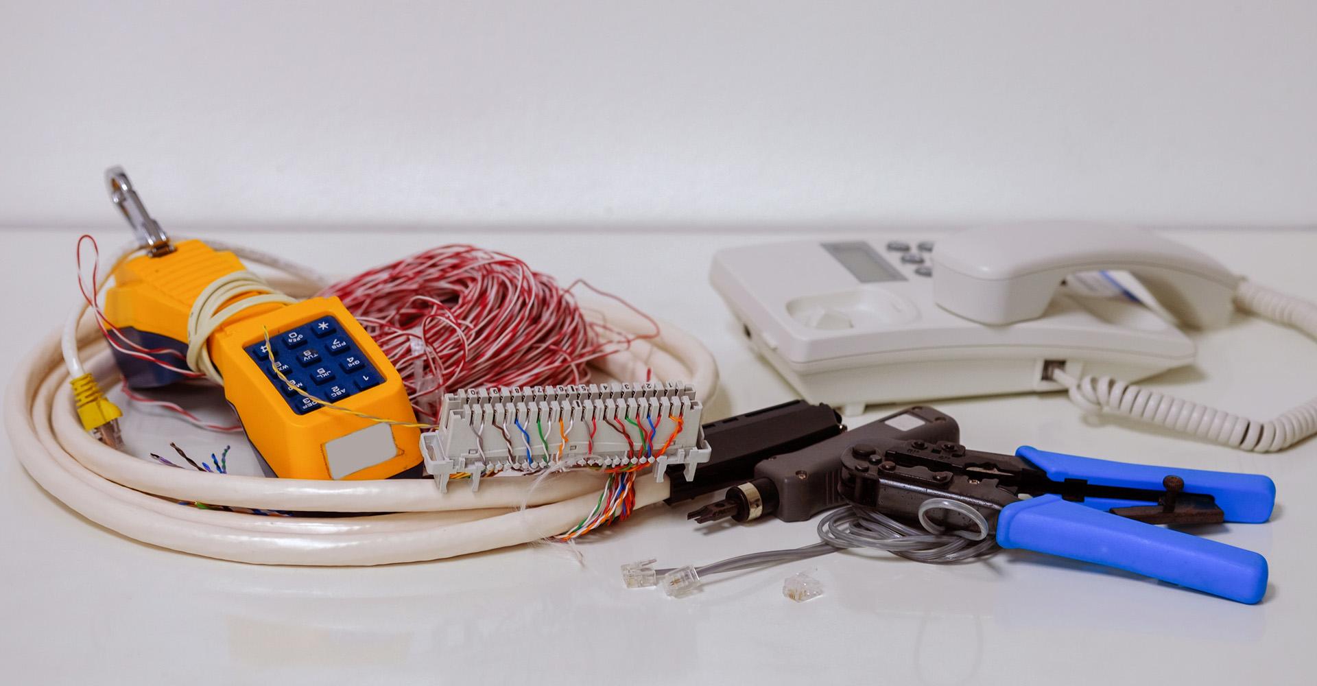 Testgerät. Telefonkabel, Crimpzange und ein altes Telefon