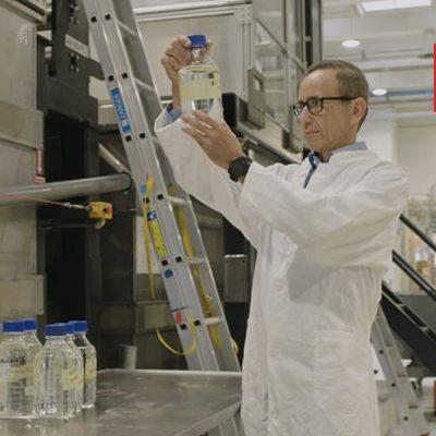 Labortechniker bei Aquaporin A/S untersucht eine Wasserprobe