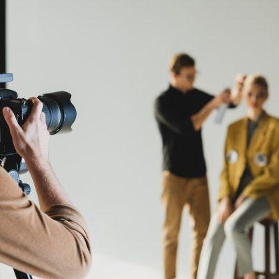Fotoshooting mit Haarstylist und Mitarbeiter