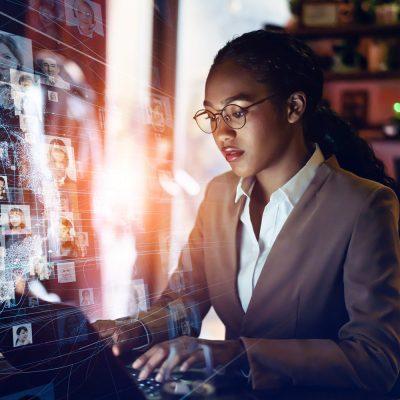 Junge Geschäftsfrau im Symbolbild für Cloud-Sicherheit