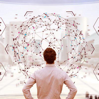 Geschäftsmann betrachtet Datenströme auf einem Dashboard