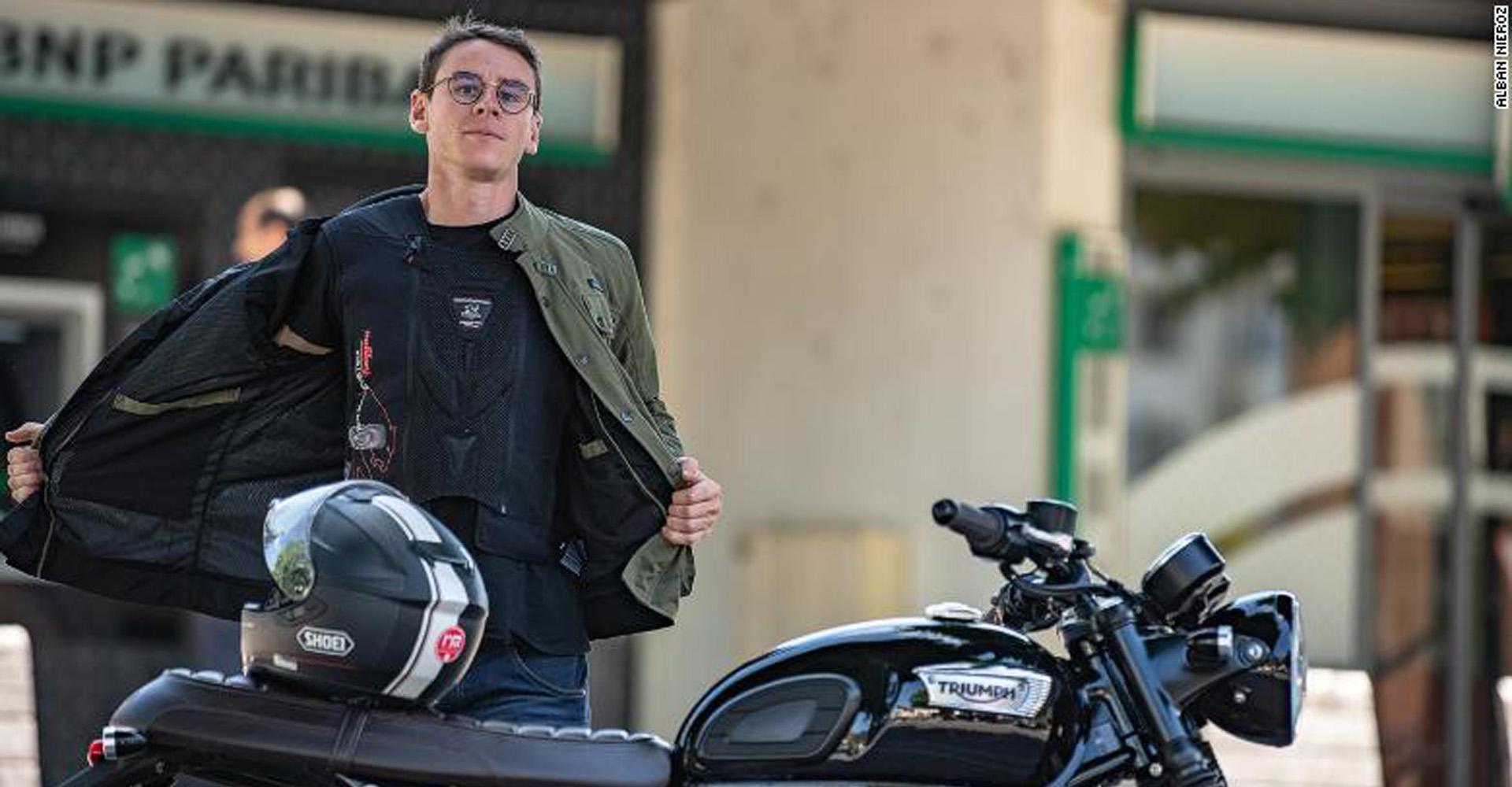 Motorradfahrer mit einer Schutzweste