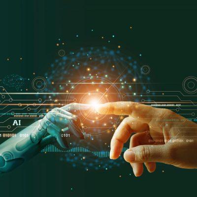Eine Roboterhand berührt die eines Menschen