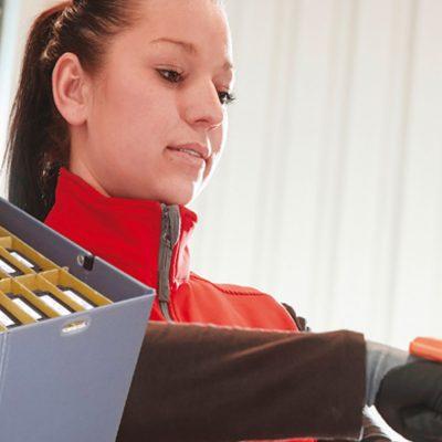 Mitarbeiterin bei Loxxess scannt Wareneingang