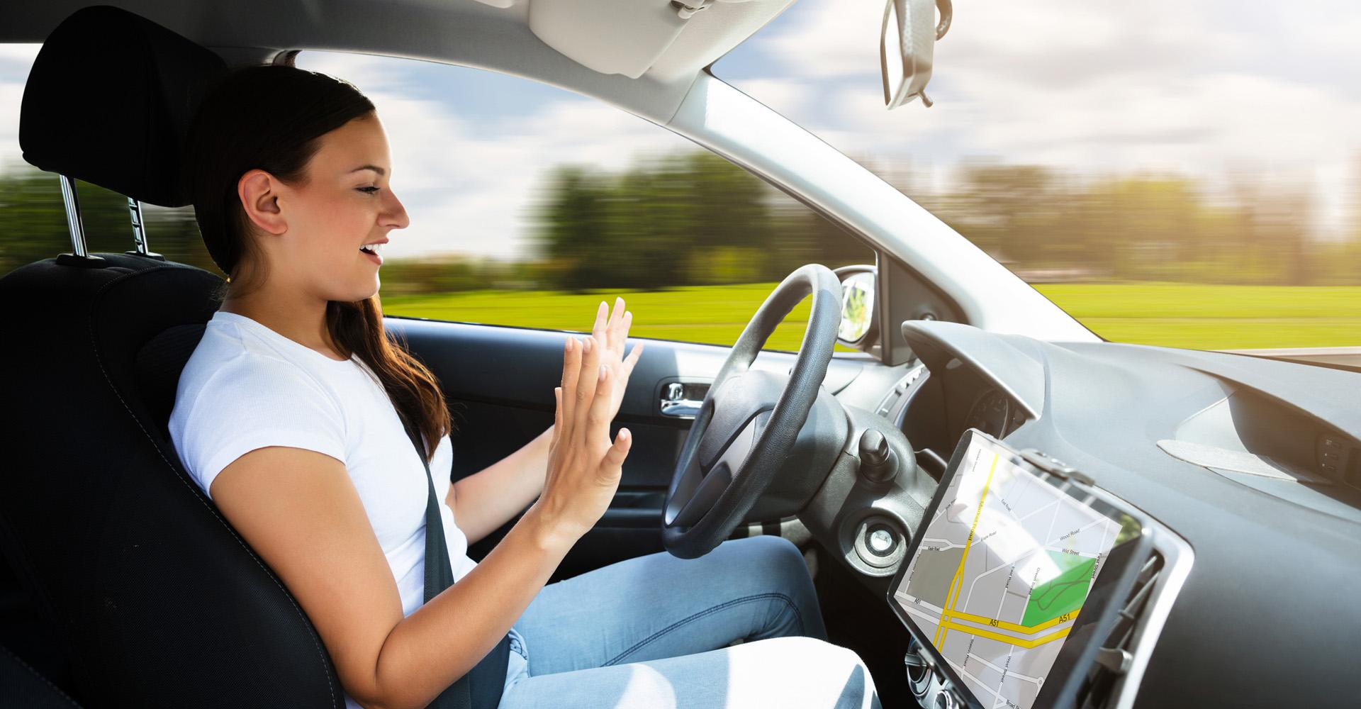 Auto fährt autonom ohne Hilfe der Fahrerin