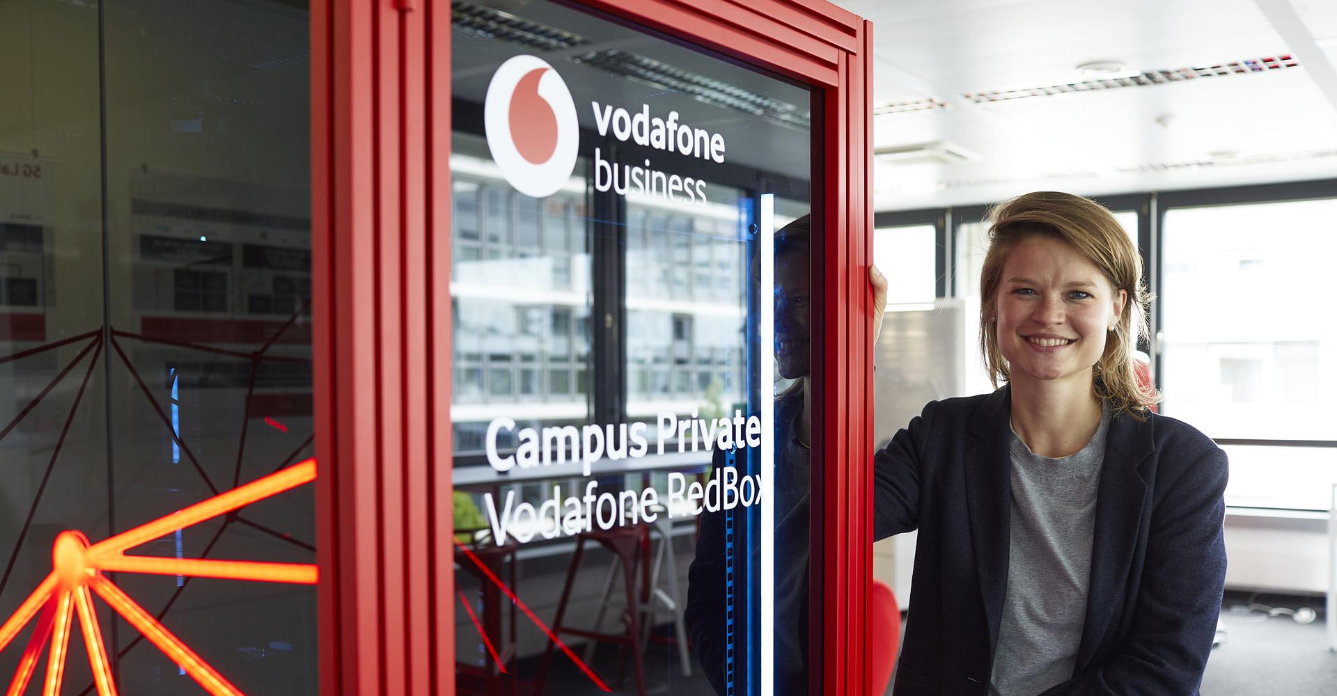 Britta Rudolphi mit einer Vodafone RedBox im Vodafone 5G Lab
